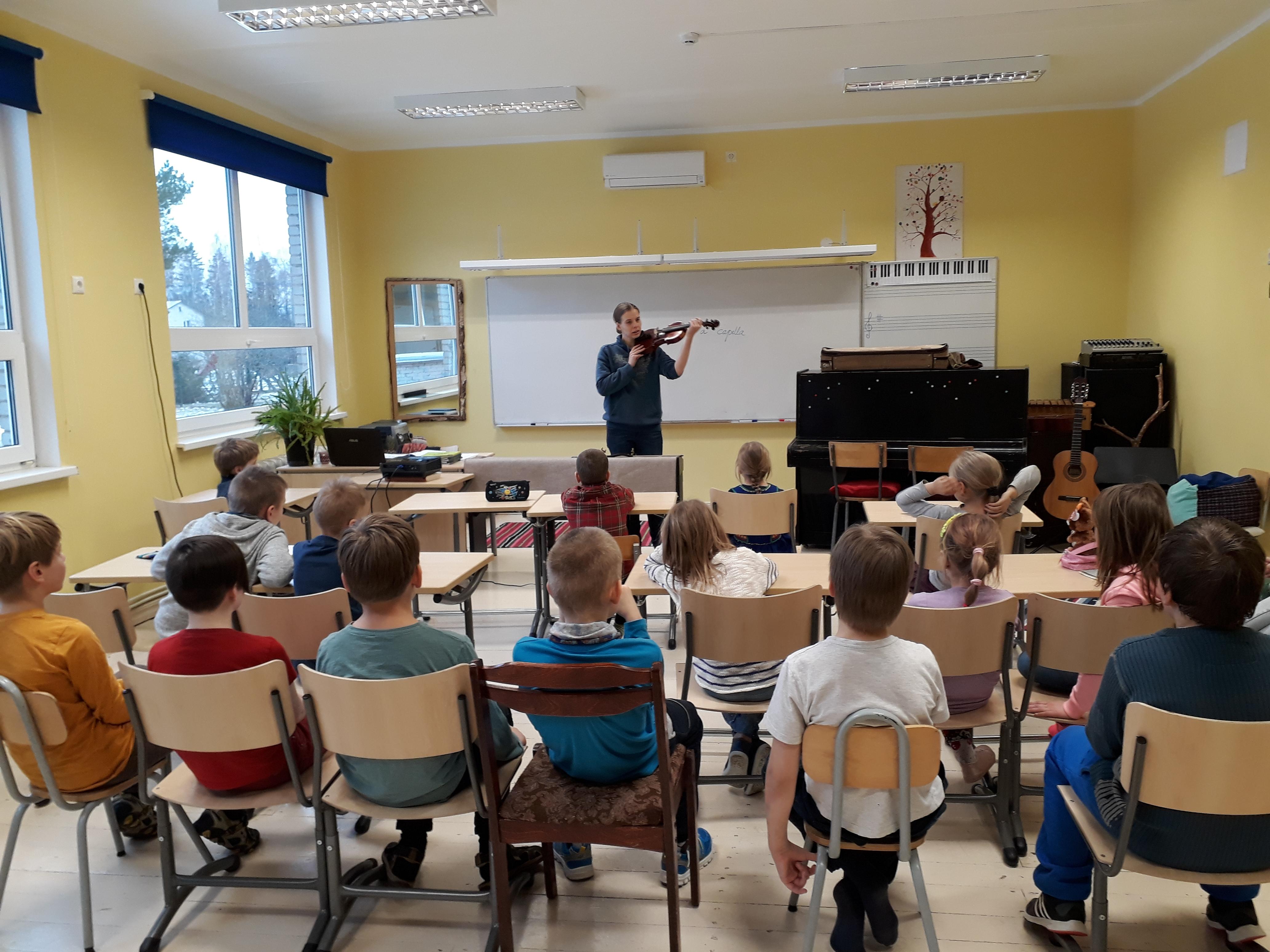 viiulimangija-johanna-maria-jaama-kulas-lullemae-pohikooli-opilastel