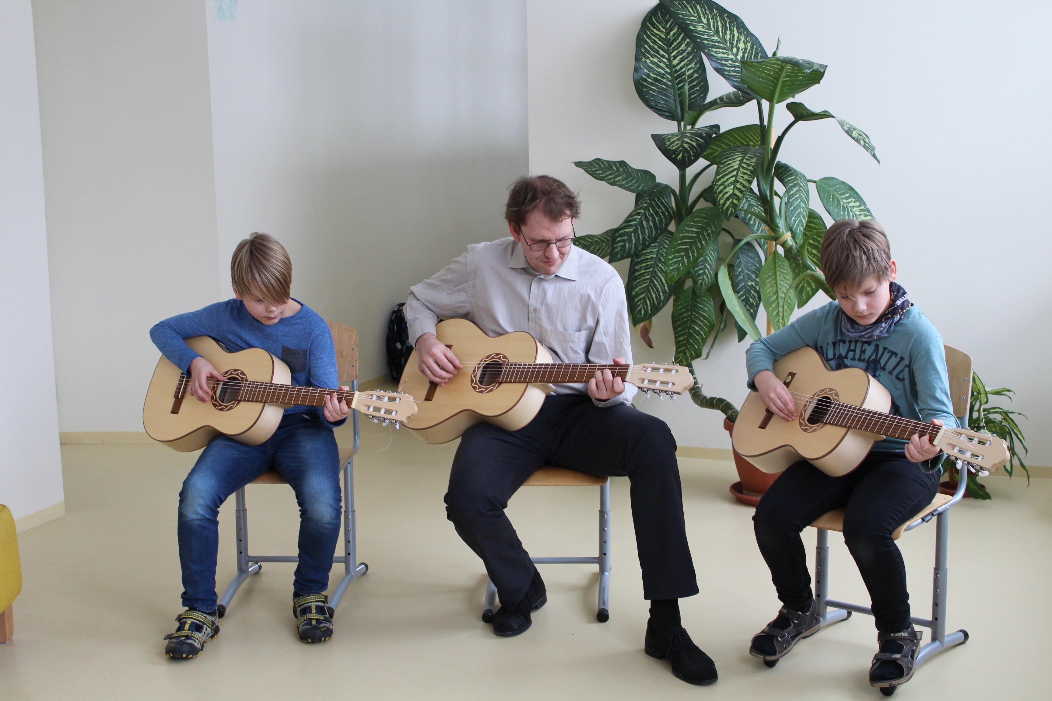 Mait ja Mihkel Kukk koos õpetaja Rolfiga esinemas haridusminister Mailis Repsi külaskäigul Lüllemäe Põhikooli 6.2.2018. Foto: Merli Meresaar