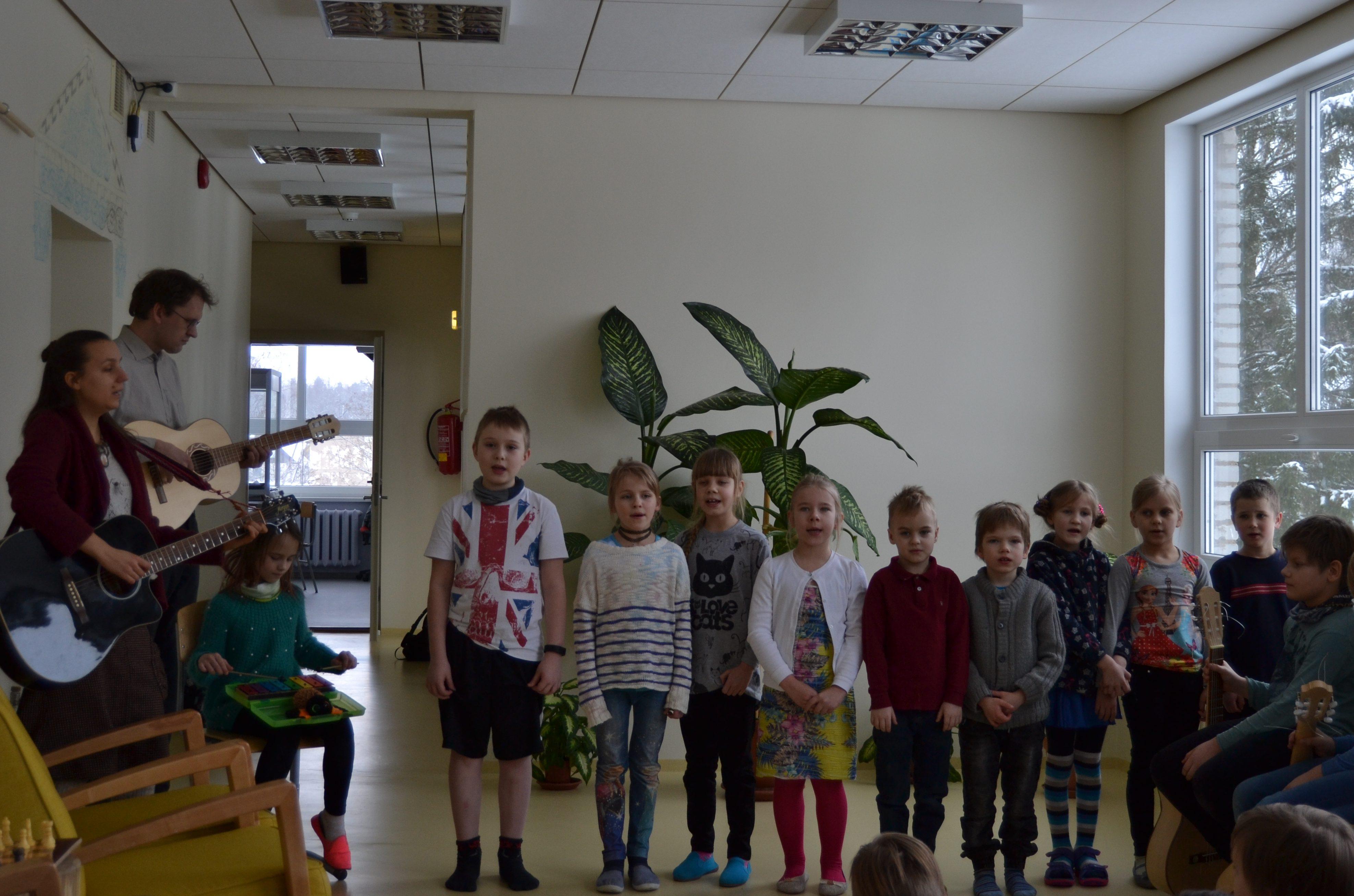 Lüllemäe Põhikooli 1. ja 2. klassi lapsed esinemas haridusminister Mailis Repsile 6.2.2018. Foto: Laura Maribel Kõivik