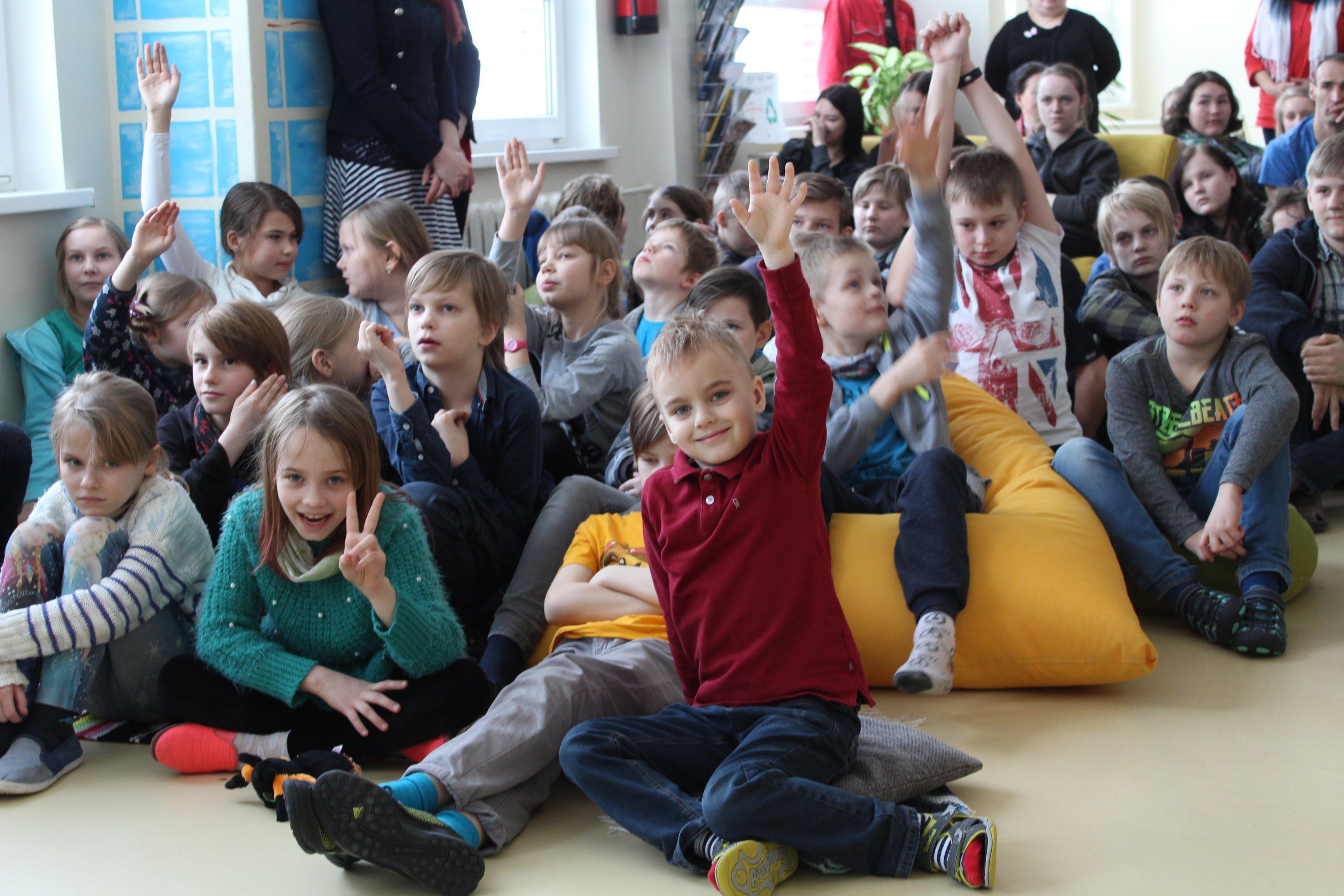 Haridusminister Mailis Reps Lüllemäe Põhikoolis. Õpilastel jätkus küsimusi veel ja veel. Foto autor: Külli Teder