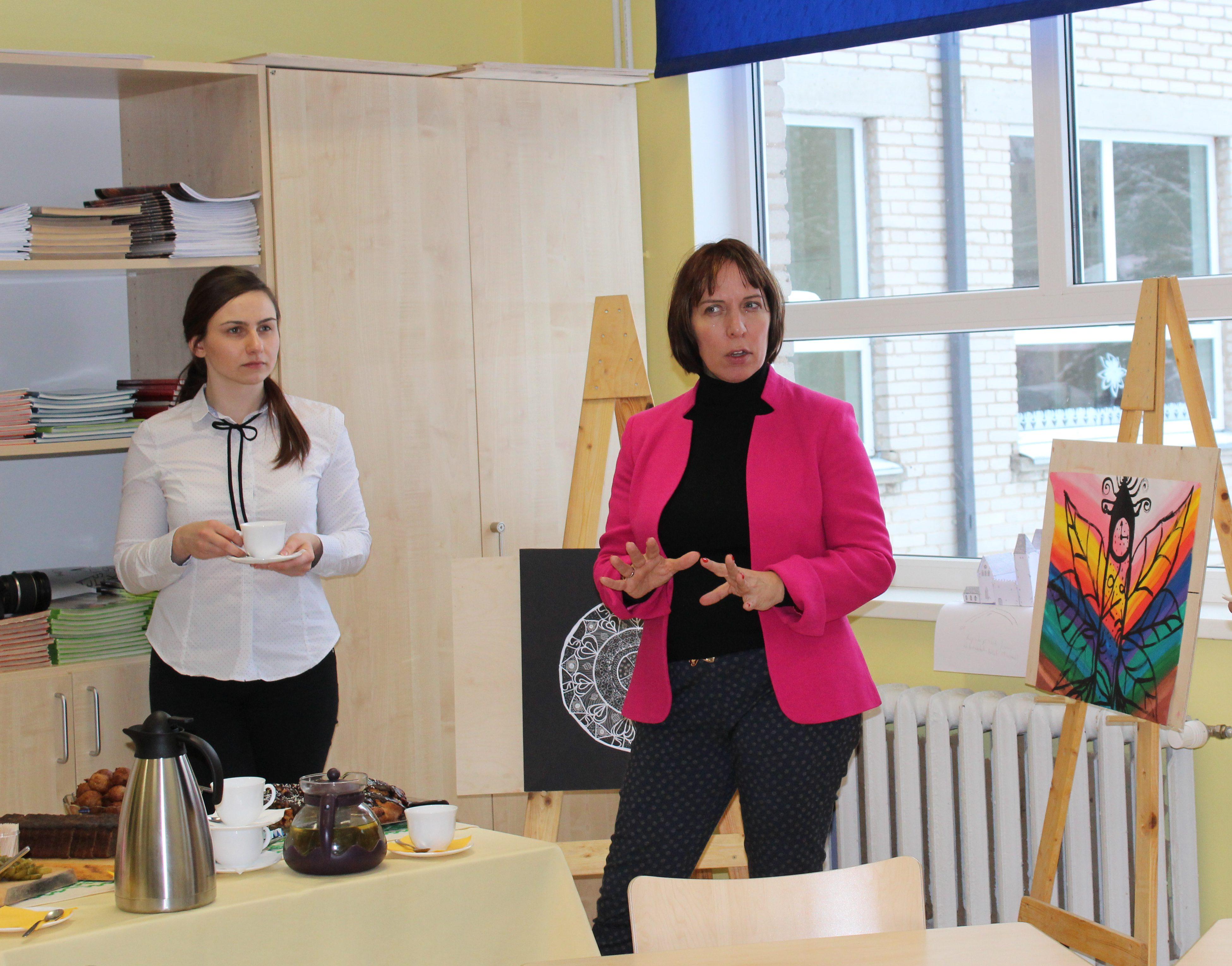 Haridusminister Mailis Reps ja tema nõunik Liina Hirv Lüllemäe Põhikoolis. Foto: Triin Tanilas